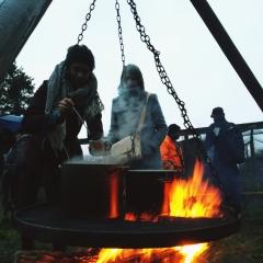 Was lange wärmt wird endlich gut: Glühwein vom Lagerfeuer.