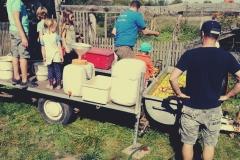 Der mobile Kelter versorgt uns mit frischem Apfelsaft!